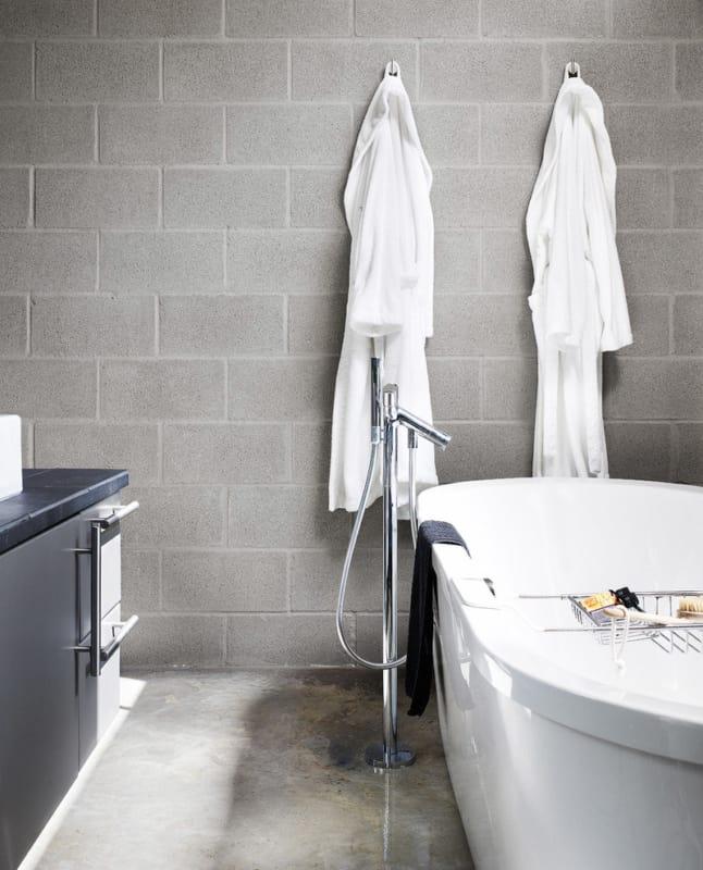 Blocos de concreto em banheiro sem acabamento