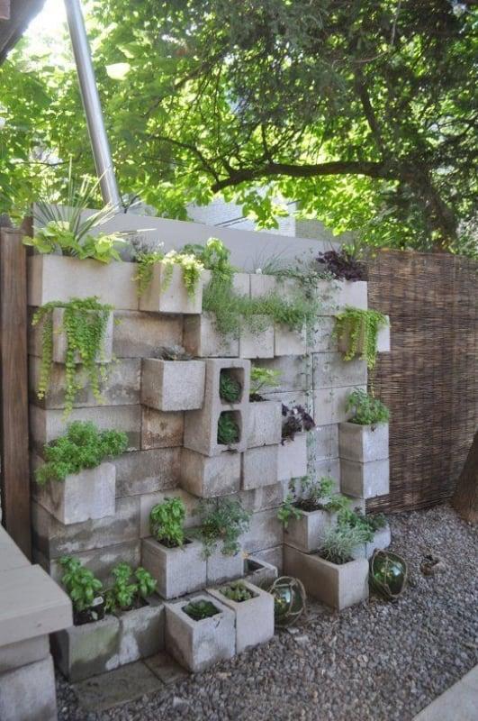 Blocos de concreto montando um jardim