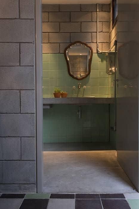 Blocos de concreto no banheiro