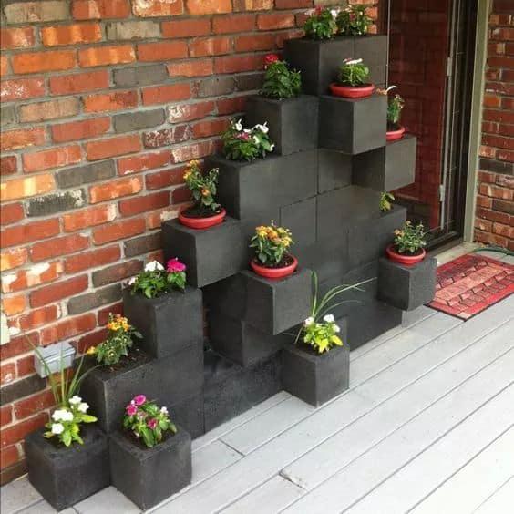 Blocos de concreto pintados de preto para colocar plantinhas