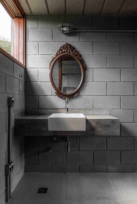 Blocos de concreto sem acabamento no banheiro