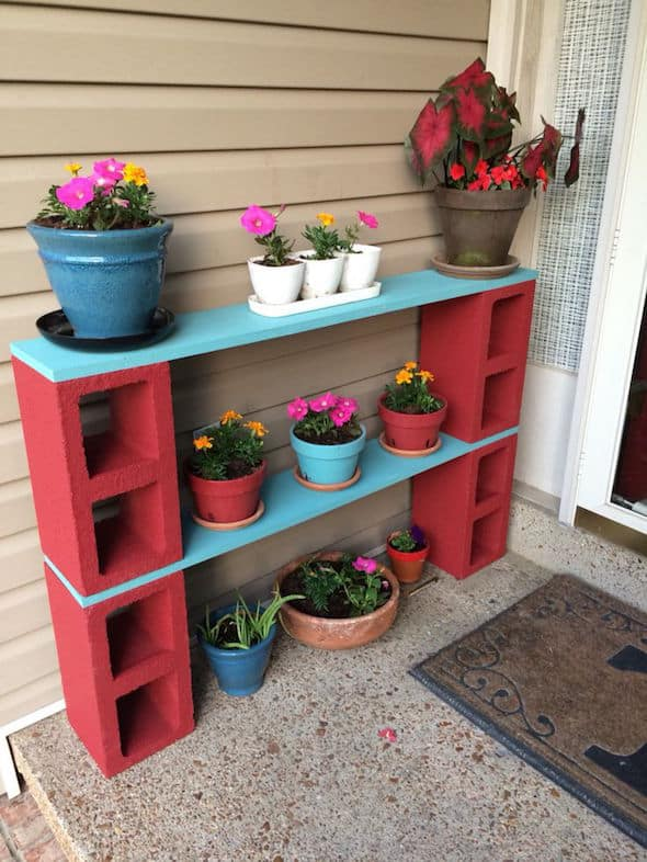 Blocos de concreto vermelhos para fazer um jardim