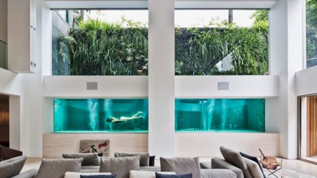Casa contemporanea com piscina de vidro