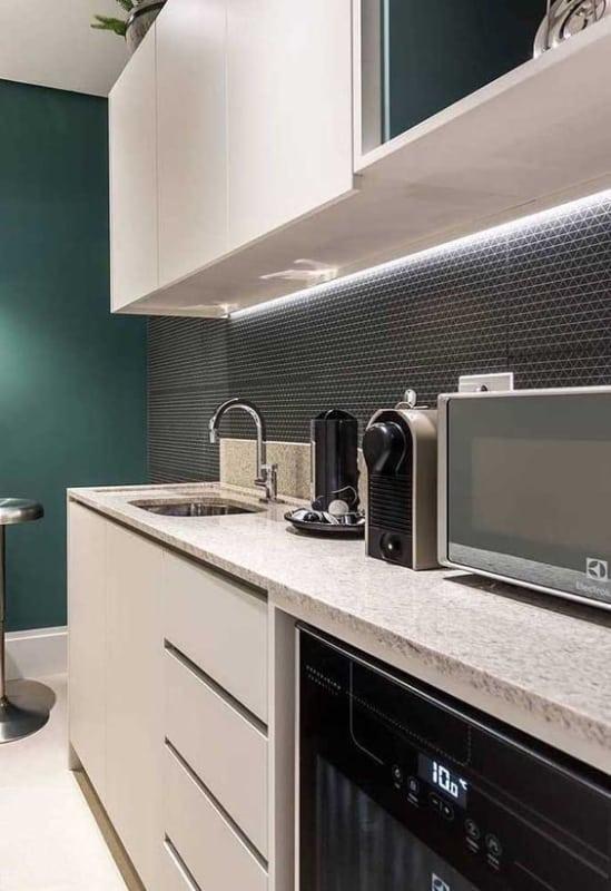 Cozinha com granito branco siena na bancada