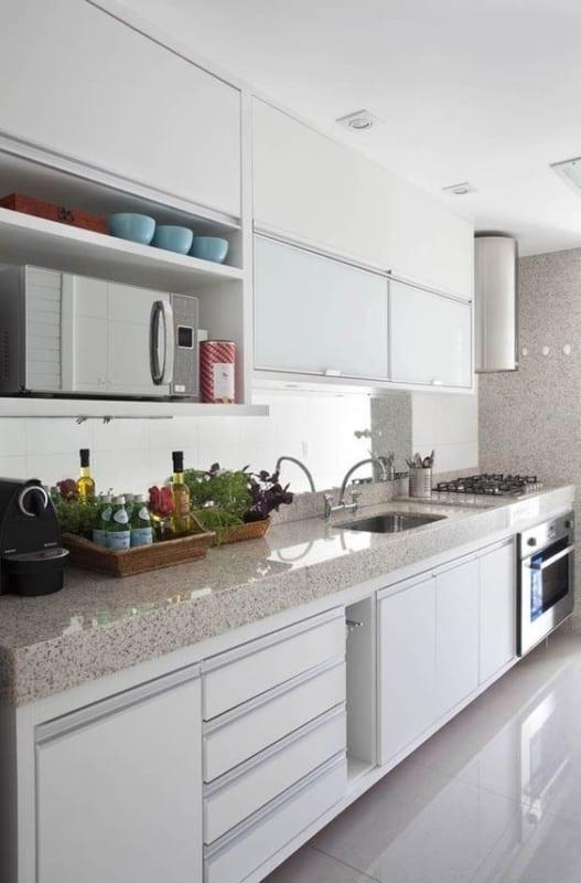 Cozinha com granito branco siena