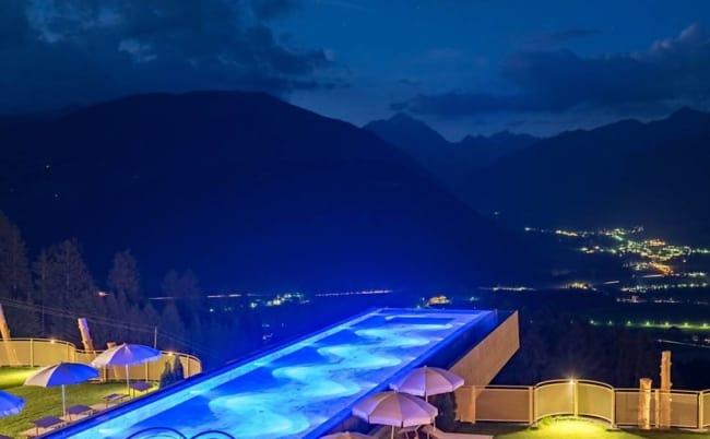 Panorama de piscina moderna de vidro suspensa