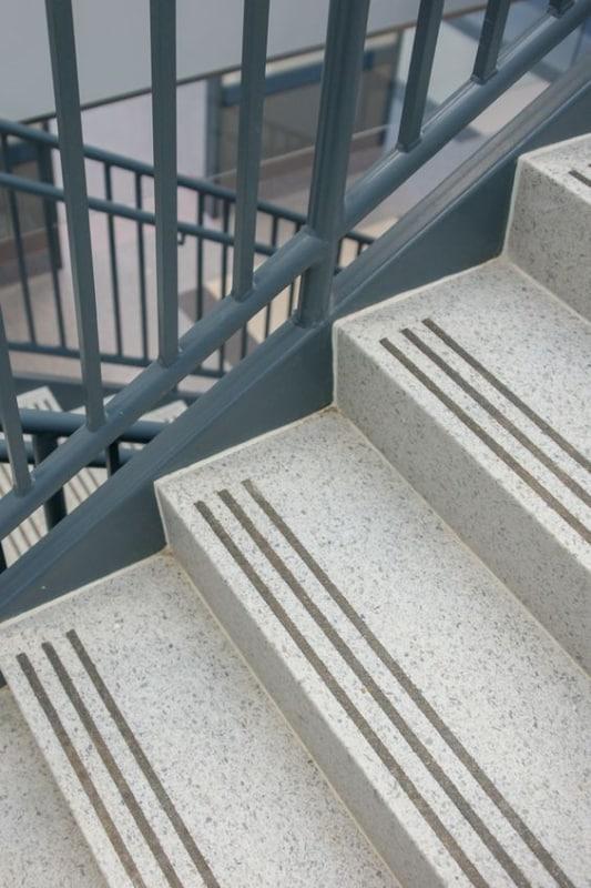 Escada com granito claro
