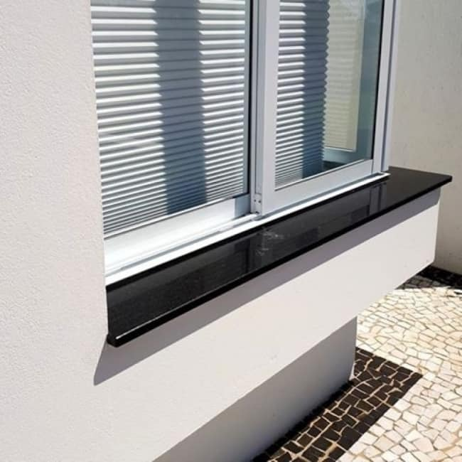 Estilo de soleiras de granito escuro na janela lado externo