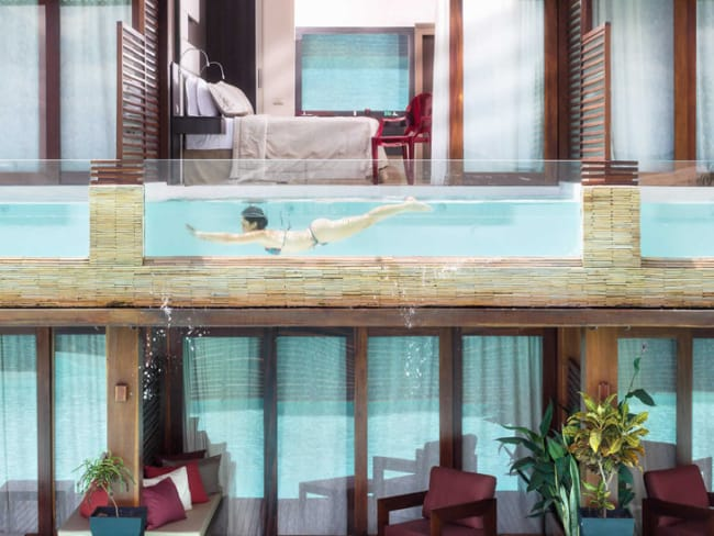 Exemplo de piscina de vidro no andar de cima