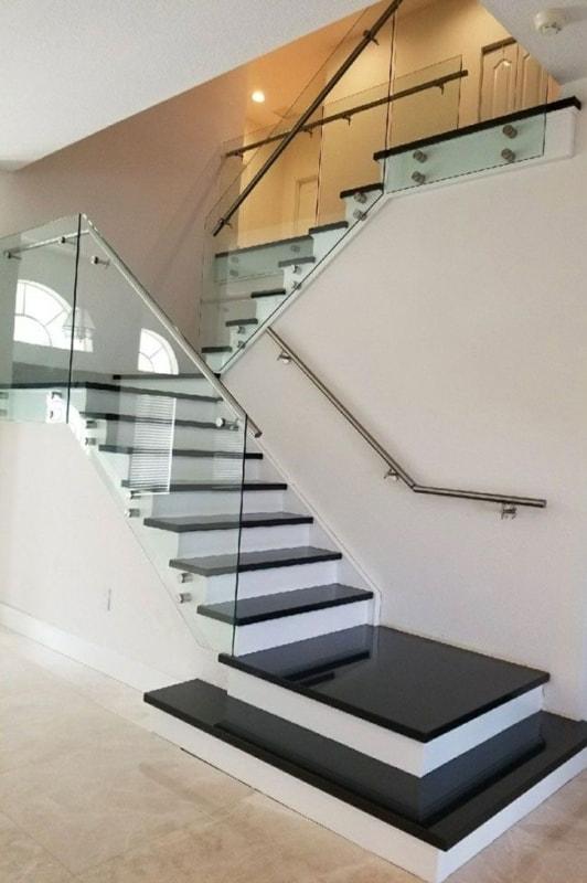 Granito São Gabriel em escada com vidroo