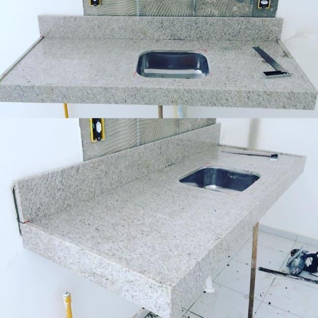 Instalação de pia com granito branco siena