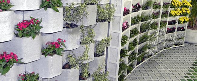 Jardim feito com blocos de concreto