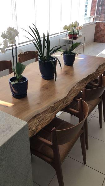 Mais um dos modelos de mesa de jantar rústica de madeira de Pequiá com bordas orgânicas