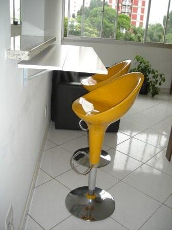 Mesa dobrável de parede com banquetas amarelas