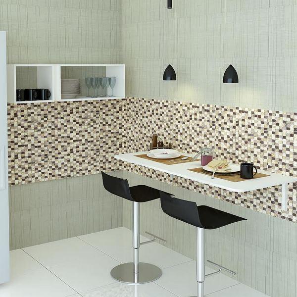 Mesa dobrável de parede com banquetas pequenas