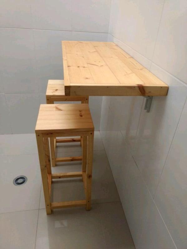 Mesa dobrável de parede com banquetas
