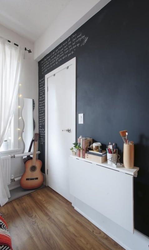 Mesa dobrável de parede de madeira em quarto