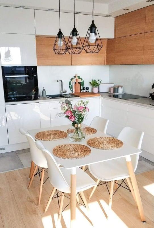 Modelos de mesa de jantar pequena da cor branca com 4 cadeiras