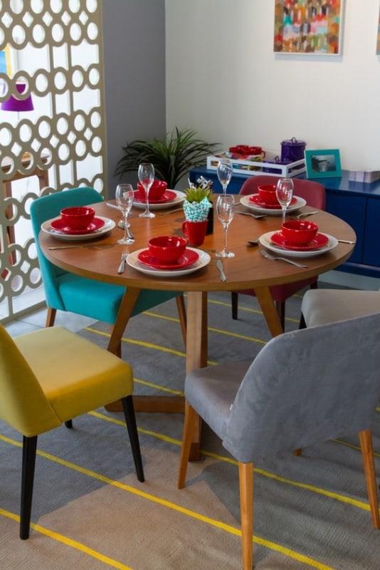 Modelos de mesa de jantar redonda com cadeiras coloridas