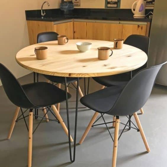 Modelos de mesa de jantar redonda em madeira e cadeiras pretas