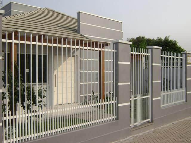 Muro cinza moderno com grade tradicional