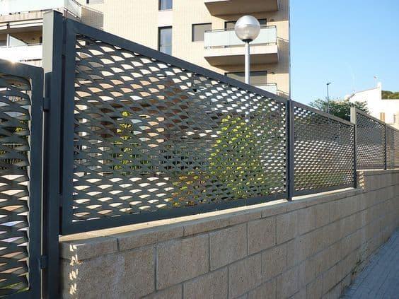 Muro com grade horizontal moldurada