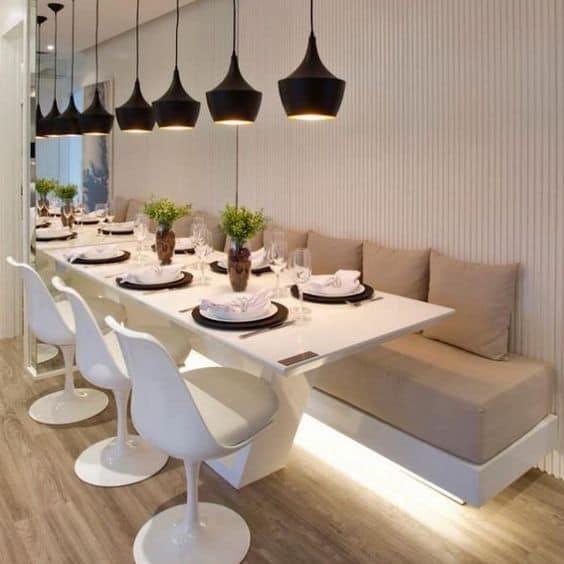 Outro dos modelos de mesa de jantar de canto com muitos assentos
