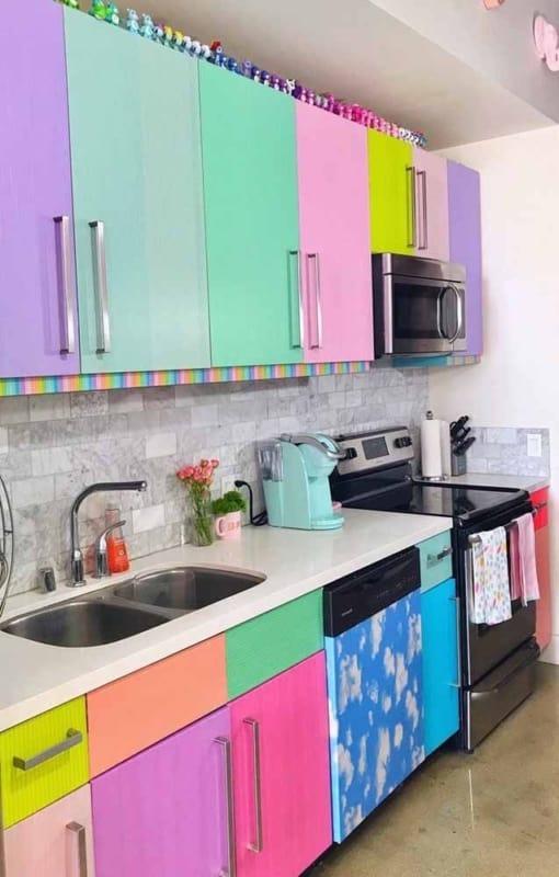 Papel contact colorido para armario de cozinha