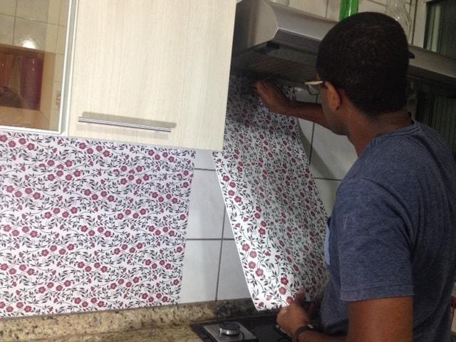 Papel contact para cozinha aplicação