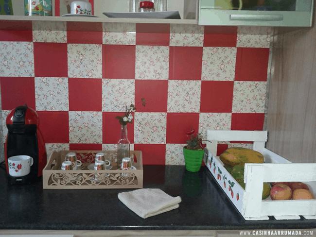 Papel contact para cozinha parede vermelha e decorada
