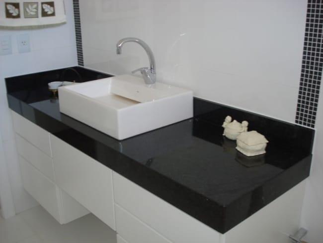 Pia de banheiro com granito