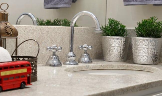 Pia do banheiro com granito branco siena