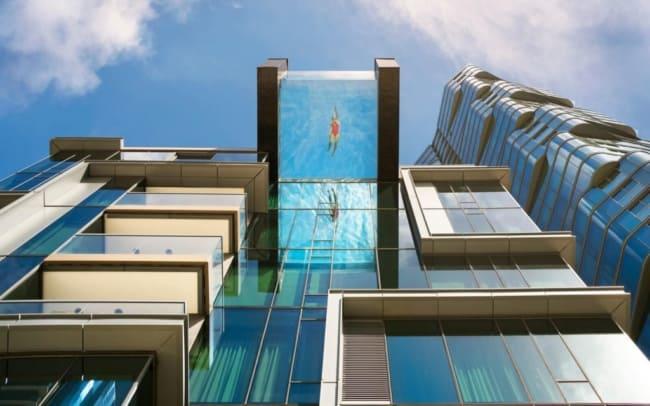 Piscina de vidro alto do prédio