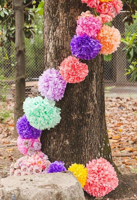 Pompom de papel crepom em árvores