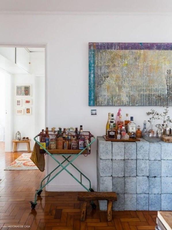Sala decorada com blocos de concreto