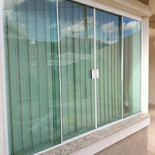 Soleiras de granito claro com janela de blindex verde