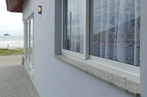 Soleiras de granito claro lado externo da janela