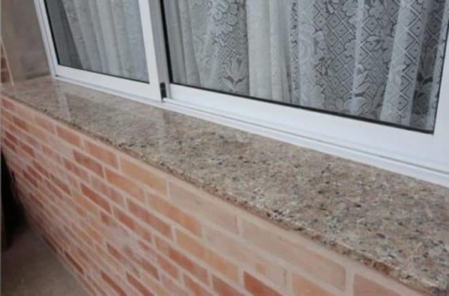 Soleiras de granito claro na janela