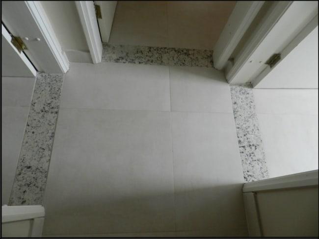 Soleiras de granito claro na porta dos quartos