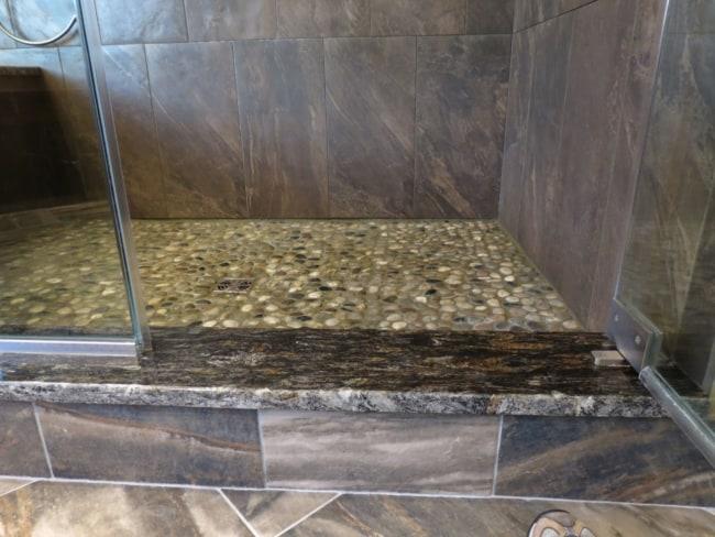 Soleiras de granito escuro no box do banheiro