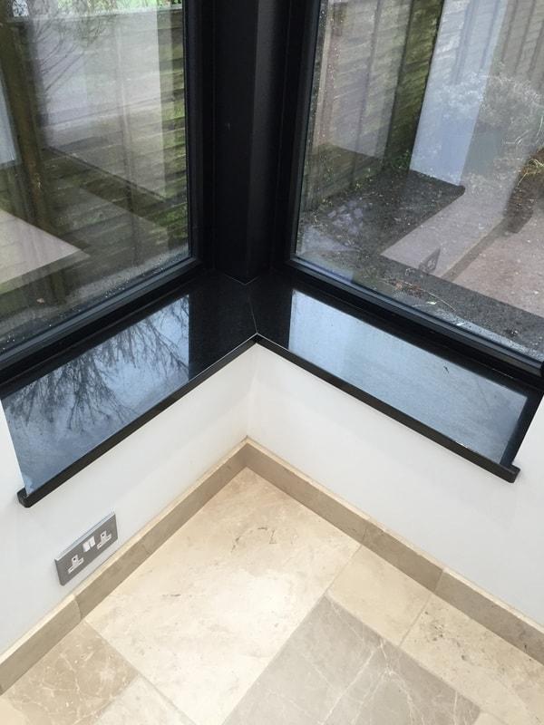 Soleiras de granito na janela de canto