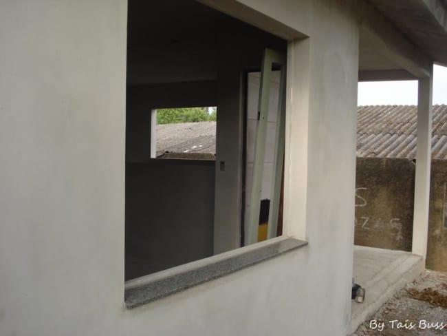Soleiras de granito na janela lado exterior na fase da construção