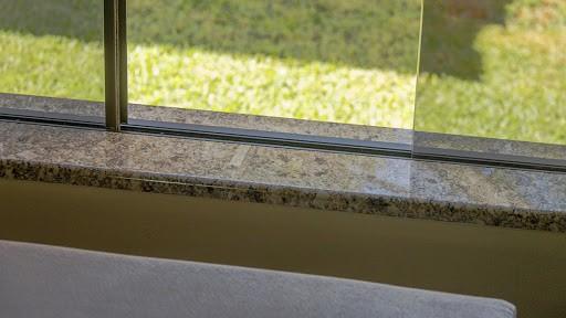 Soleiras de granito na janela para o jardim
