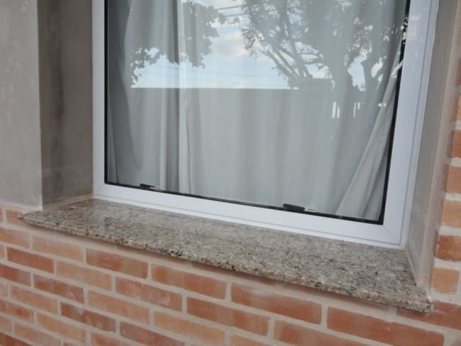 Soleiras de granito nas janelas lado externo
