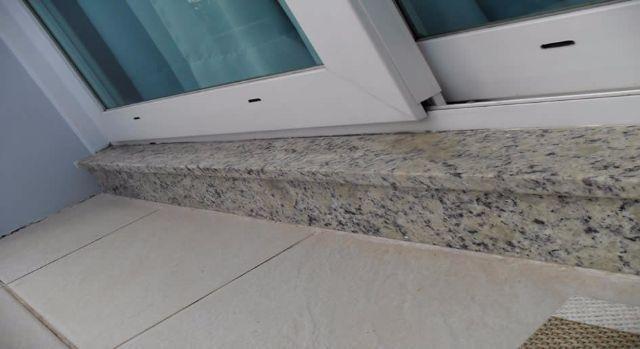 Soleiras de granito no chão do lado externo da porta