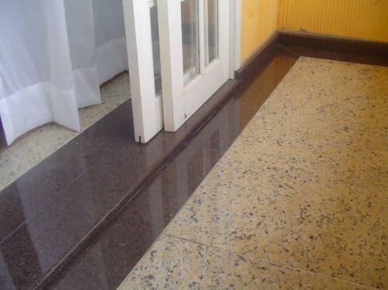 Soleiras de granito nos cantos da parede e na porta