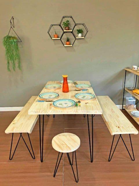 Um dos modelos de mesa de jantar industrial com bancos
