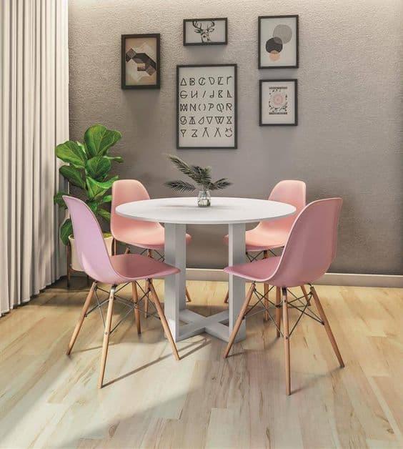 Um dos modelos de mesa de jantar redonda com cadeiras rosas