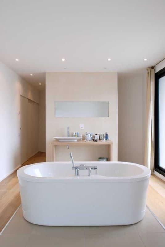 banheiro grande com Cor palha