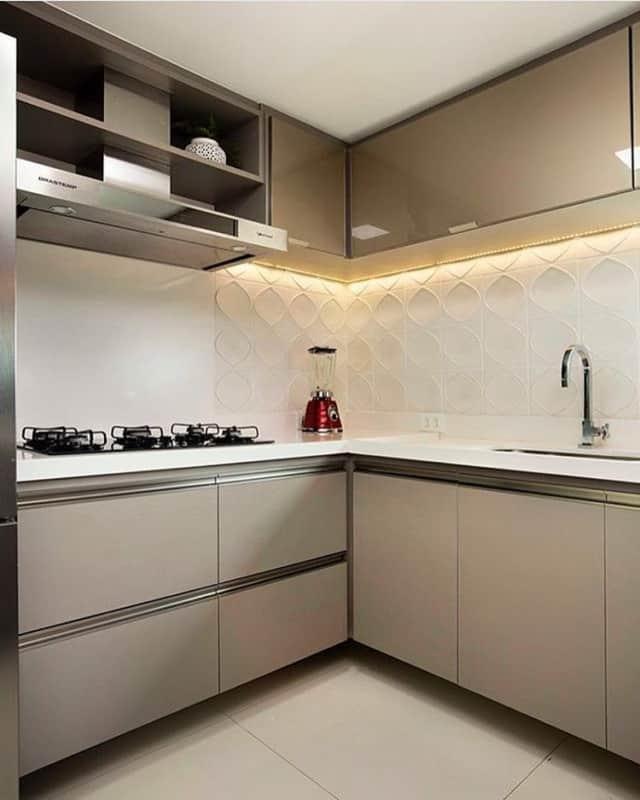cor nude no armario de cozinha